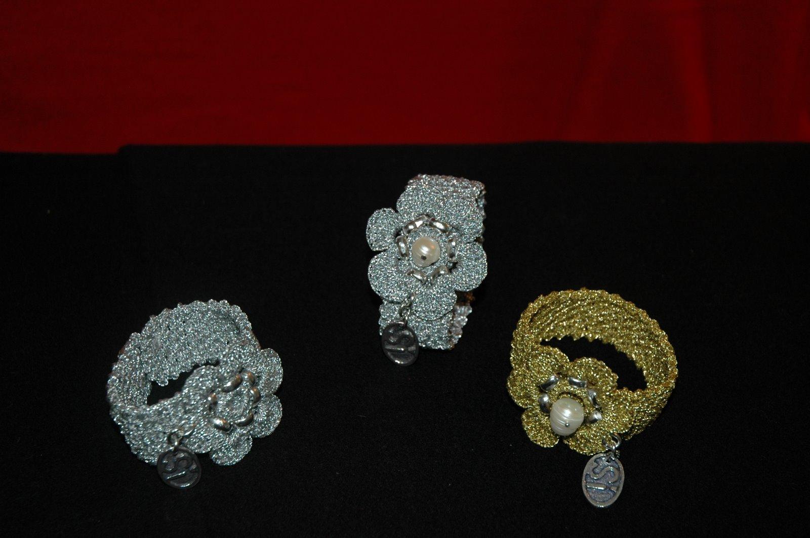 realizadas en crochet con hilo metalizado plateado y dorado con perla